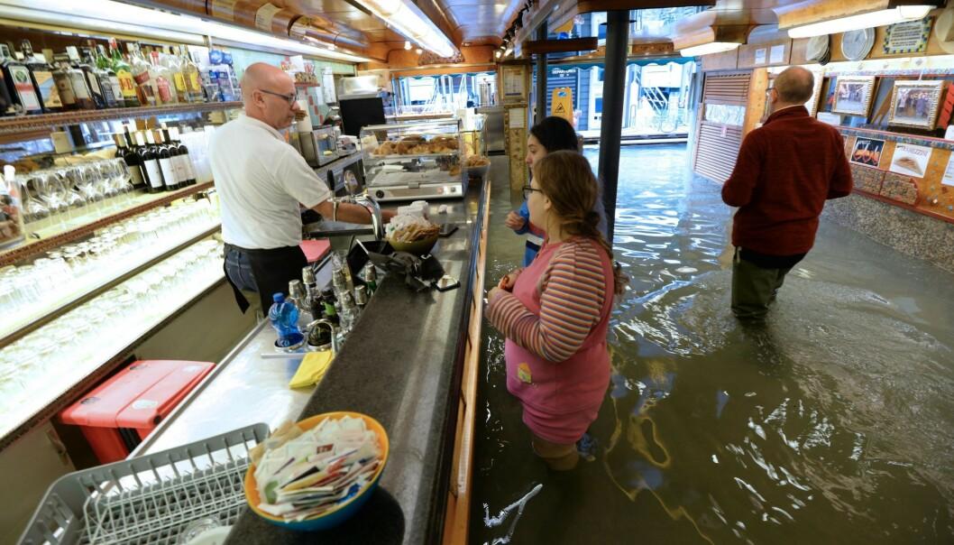 Også i forretninger i Venezia strømmet vannet inn søndag. Tre flommer på under en uke har ført til skader på over én milliard euro, ifølge ordføreren i byen. Foto: AP / NTB scanpix