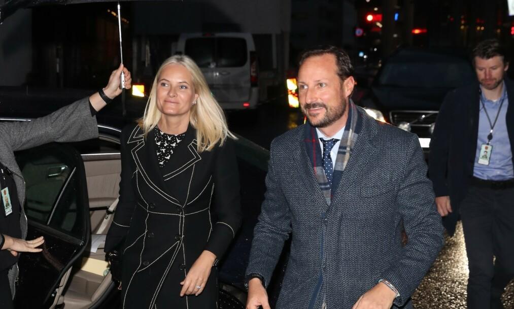 KOM SAMMEN: Planen var at kronprins Haakon skulle dukke opp alene mandag morgen, men brått dukket hans kone, kronprinsesse Mette-Marit, også opp. Foto: Andreas Fadum / Se og Hør