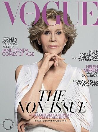 Jane Fonda er fortsatt like aktuell i en alder av 81 år. Her pryder hun coveret til Vogue. Legg merke til henvisningen til sminkesak med 74 år gamle Helen Mirren! Foto: Faksimile British Vogue