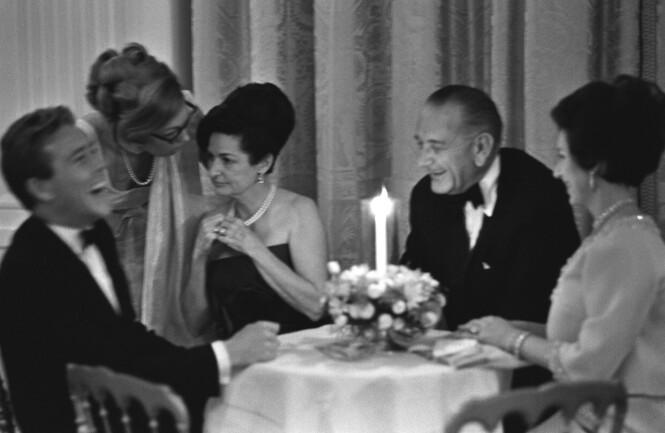 GOD STEMNING: Det var ingenting å utsette på det sosiale samværet mellom president Lyndon B. Johnson, prinsesse Margaret (t.h.), Lady Bird (nr 2 sittende fra venstre) og Lord Snowdon under middagen i Det hvite hus i november 1965. FOTO: NTB scanpix