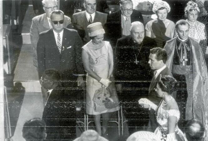 SJELDENT MØTE: Dronning Elizabeth (med hatt) og president Lyndon B. Johnson (med solbriller) møttes aldri ansikt til ansikt mens han var president. Dette bildet er tatt på Jamaica i 1962, da han var visepresident for Kennedy. Foran ser vi prinsesse Margaret og Lord Snowdon. FOTO: NTB scanpix