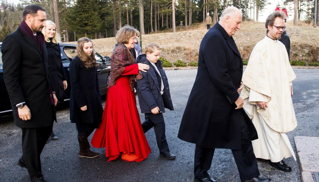 FØRSTE JULEDAG: Kongefamilien på vei inn til Holmenkollen kapell for å delta i julegudstjeneste i 2016. FOTO: NTB scanpix