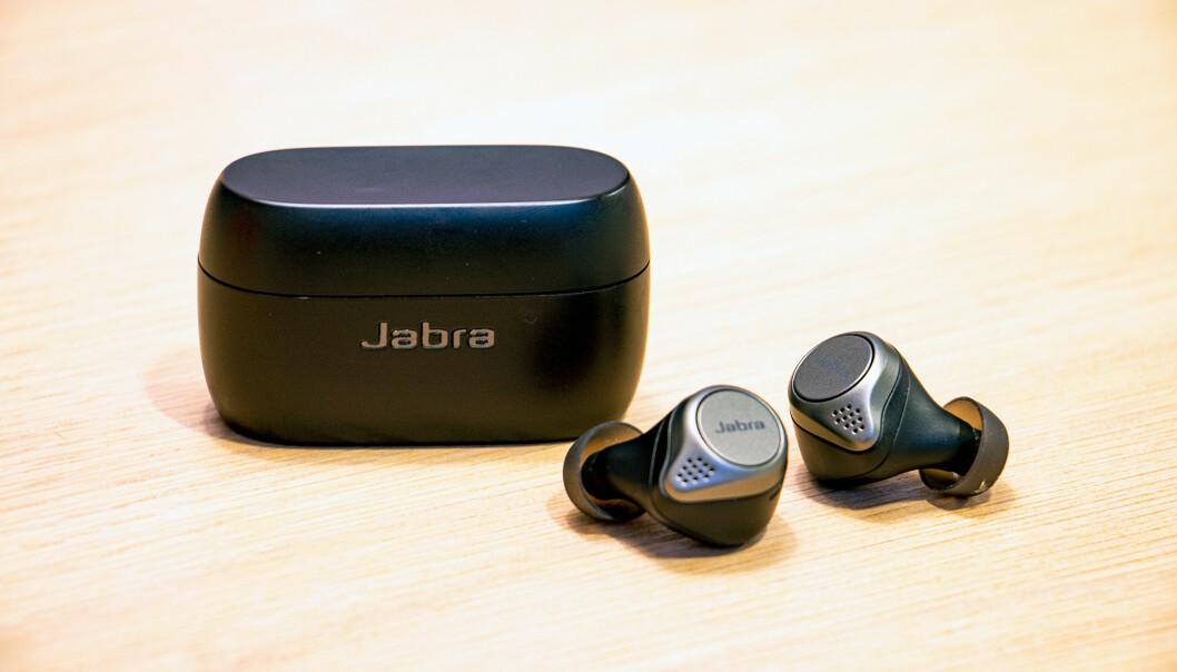<strong>FYSISKE KNAPPER:</strong> Jabra har fortsatt valgt fysiske knapper på Elite 75t fremfor berøringsfølsomme flater. Foto: Pål Joakim Pollen