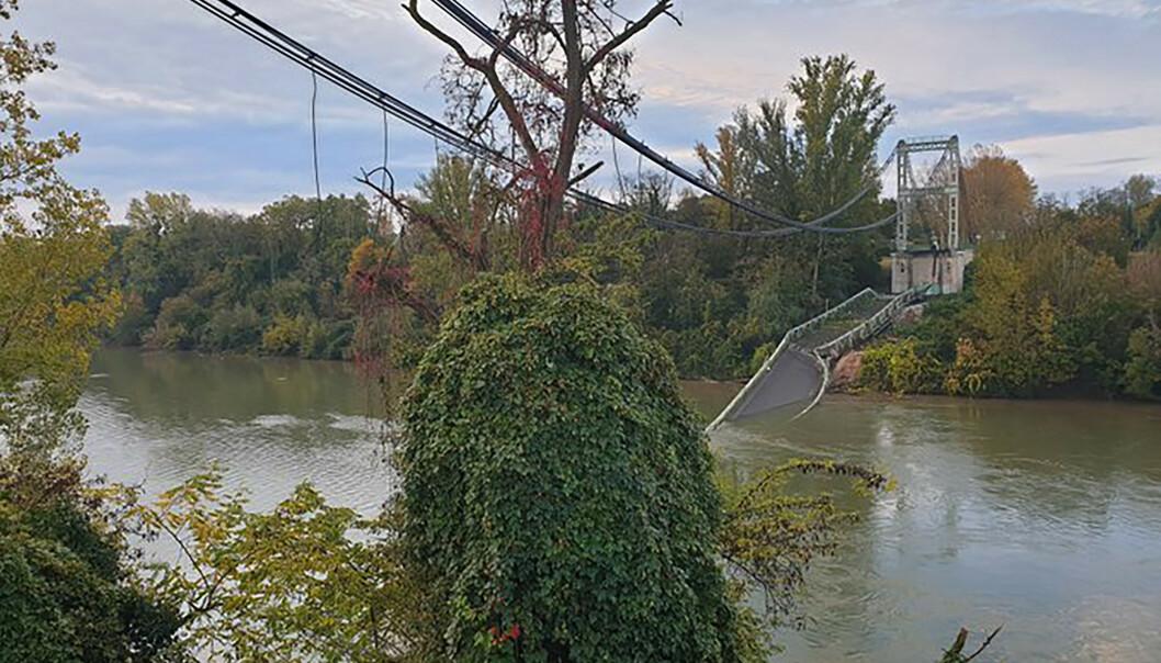 En 15 år gammel jente omkom i ulykken da hengebrua knakk, og bilen hun satt i havnet i elva. Foto: Olivier Le Corre via AP/NTB scanpix