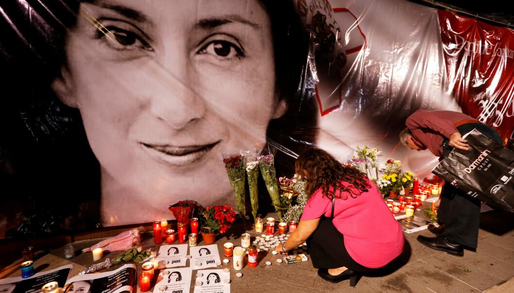 Gravejournalisten Daphne Caruana Galizia ble drept av en bilbombe på Malta. Her legges blomster ned utenfor justisdepartementet i Valletta. Foto: NTB scanpix / Reuters / Darrin Zammit
