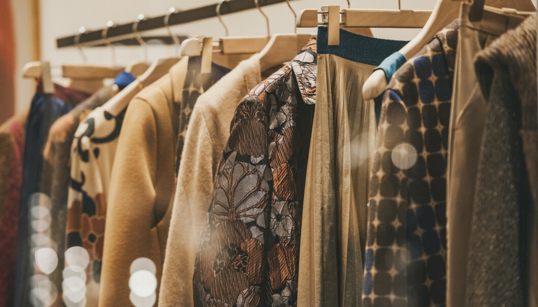 KJØPE BRUKT: Mange ønsker å la sine gamle klær få nye liv hos andre, og nå vil flere hjelpe deg å selge brukte klær. FOTO: NTB Scanpix