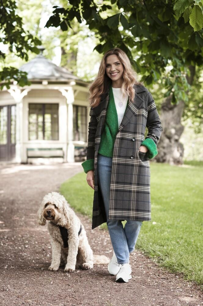 ETTER: Kåpe (kr 4000), grønn genser (kr 1500), T-skjorte (kr 500) og jeans (kr 1300, alt fra Day Birger et Mikkelsen) og sko (kr 1300, Bibba). Tips! En mønstrete kåpe gir liv til antrekket. FOTO: Astrid Waller.