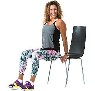 Leila demonstrerer triceps mot en stol.