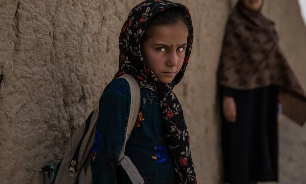 FARLIG SKOLEVEI: Ghazal bor med familien i en liten landsby i Kabul-provinsen i Afghanistan. Hun er åtte år og går til skolen på egen hånd. Men det er da hun er mest redd i løpet av dagen. Åtte-åringen frykter selvmordsbombere, kidnapping og å tråkke på mulige landminer. Som jente er det heller ikke uvanlig at Ghazal blir utsatt for trakassering. Foto: Stefanie Glinski / Save the Children