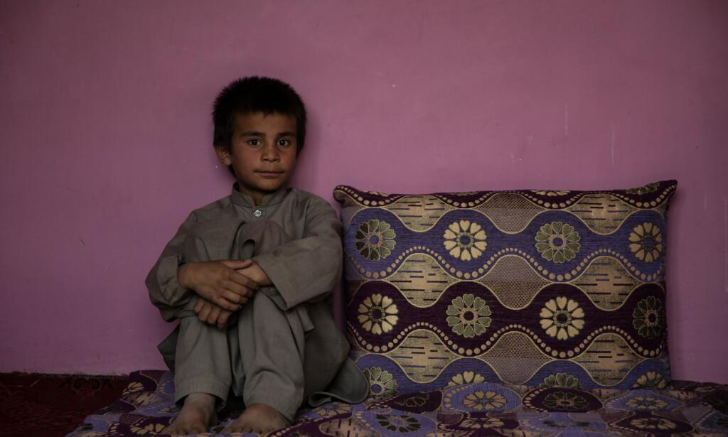 GLAD I SKOLEN, MEN: 10-årige Hemat er veldig glad i å lære seg språket dari og religiøse studier. Men han gruer seg hver dag til å gå på skolen, fordi skoleveien er farlig. Foto: Stefanie Glinski / Save the Children