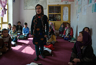 SKOLE PÅ GOLVET: Ghazal og medelevene er glad for å være på skolen, men sliter psykisk og med frykt. Men hjelp får de ikke. Foto: Stefanie Glinski / Save the Children