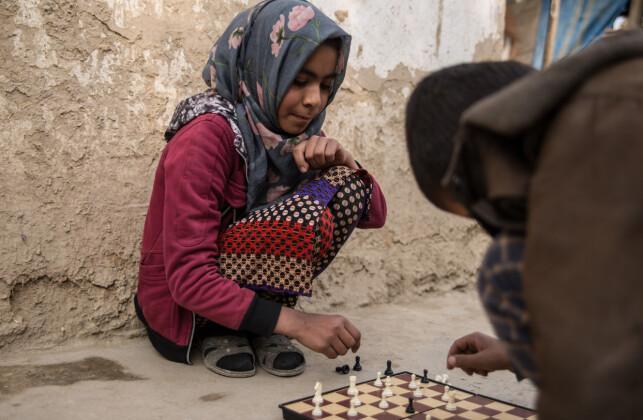 AKTIVIST: 10-årige Arezo spiller sjakk med en venn på skolen, og skal være veldig aktiv når det gjelder å få andre barn til å gå på skolen. Foto: Stefanie Glinski / Save the Children