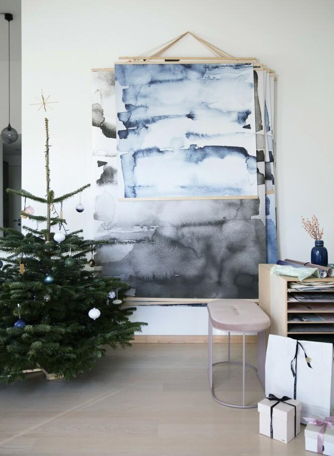 Nynne har hengt flere av sine verk over hverandre. Du kan få samme effekt med plakater og trerammer. Det gir et kunstnerisk uttrykk, og du kan lett skifte uttrykket på veggen. Benken er fra Bolia.com. Tips! Sats på pynt som du klarer å leve med å ha hengende framme lenge. FOTO: Kira Brandt