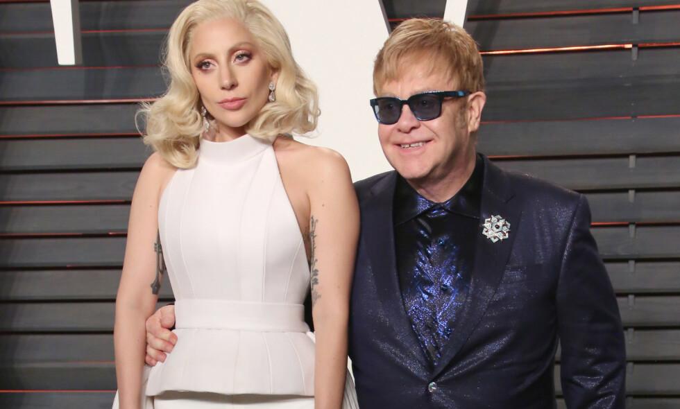 ÆRLIG: I et nytt intervju forteller Elton John åpenhjertig om helseproblemene og frykten han hadde for å dø i 2017. Her med Lady Gaga på Vanity Fairs Oscar-fest i 2016. Foto: REX/ NTB scanpix
