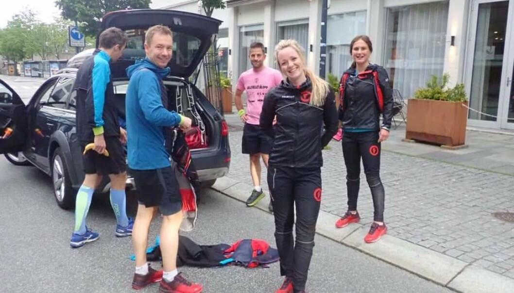 LØPEGRUPPA: Halvannet år etter å ha mistet Mats, var Elisabeth og nesten hele løpegruppa klare for nå det store hårete målet om å gjennomføre Lysefjorden Inn Ultramaraton. FOTO: Privat