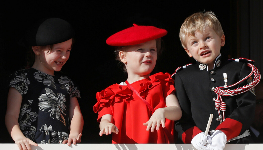 ABLEGØYER: Prins Jacques, prinsesse Gabriella og deres kusine, Kaia-Rose Wittstock, så ut til å finne metoder for å underholde hverandre på slottsbalkongen. Foto: NTB Scanpix