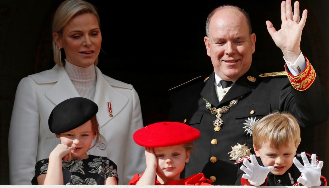 LANG DAG. Kongefamilien vinket fra balkongen da Monaco feiret sin nasjonaldag tisdag. Men at dagen er lang for kongehusets små prinser og prinsesser, er det liten tvil om. Foto: NTB Scanpix