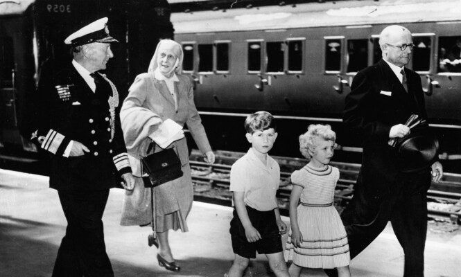 BESTEMOR: Prinsesse Alice fotografter med barnebarna prins Charles og prinsesse Anne. Foto: NTB Scanpix