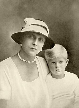 MOR: Alice fotografert med prins Philip. Foto: NTB Scanpix