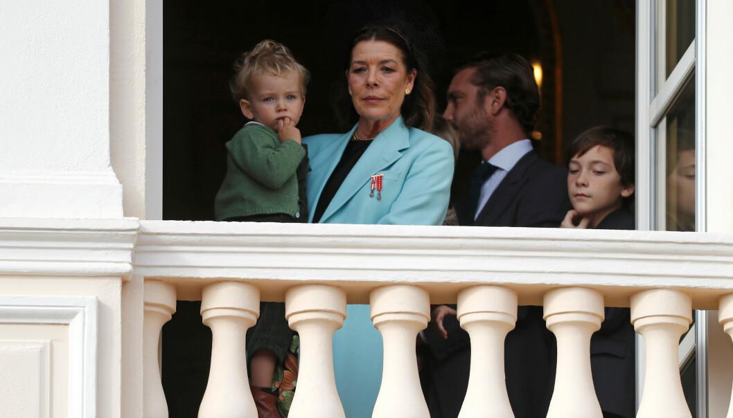 MED BARNEBARNET: Også prinsesse Caroline var til stede på slottsbalkongen sammen med flere av sine barnebarn. Foto: NTB Scanpix