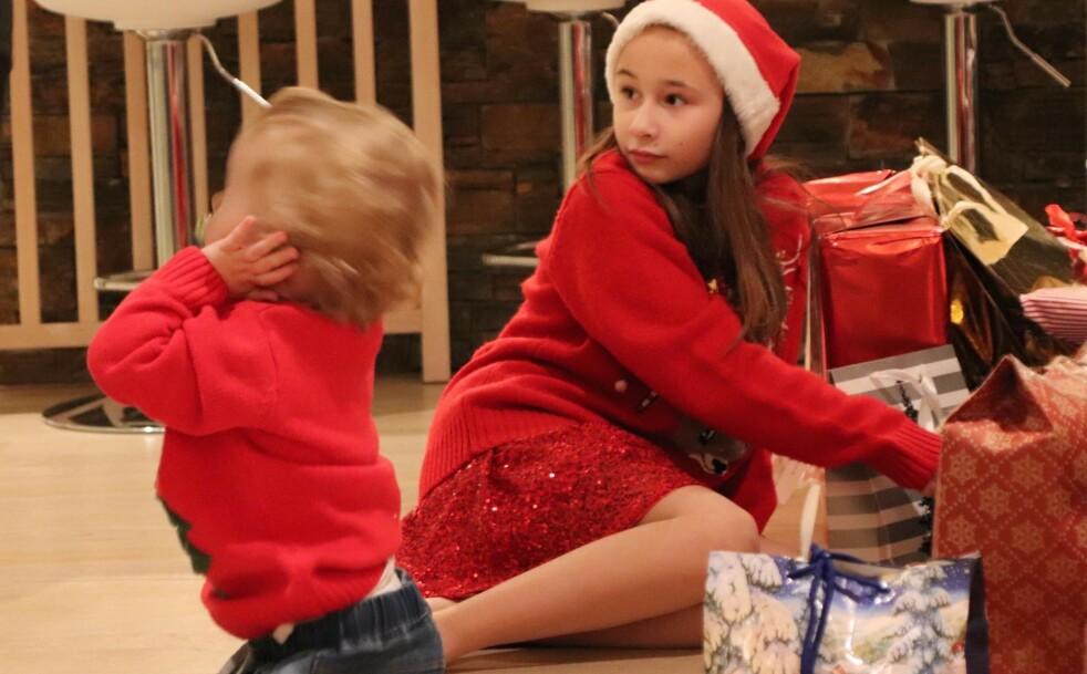 STORFAMILIE: Selv om Elenas foreldre har gått fra hverandre, forsetter de å feire jul sammen. Og nå har nye kjærester og nye barn kommet til. FOTO: Privat