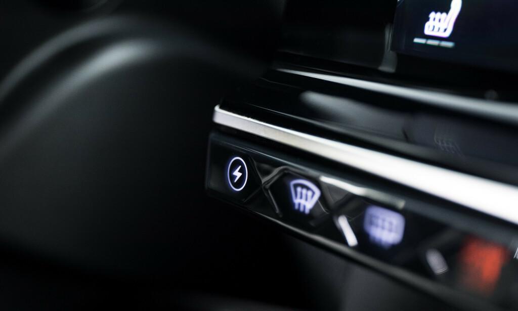 LYN: Denne ekstraknappen gir tilgang til forbruksdata og to ekstra funksjoner under hybrid kjøring, nemlig sparing av strømmen eller lading av batteriet. Foto: DS Automobiles