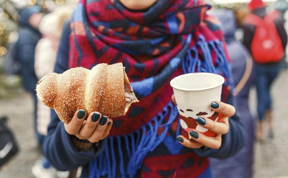 PRAHA: Tredelnik-kakene er en tsjekkisk spesialitet. De blir rullet og drysset med sukker og kanel. Godt sammen med varm gløgg. FOTO: NTB Scanpix