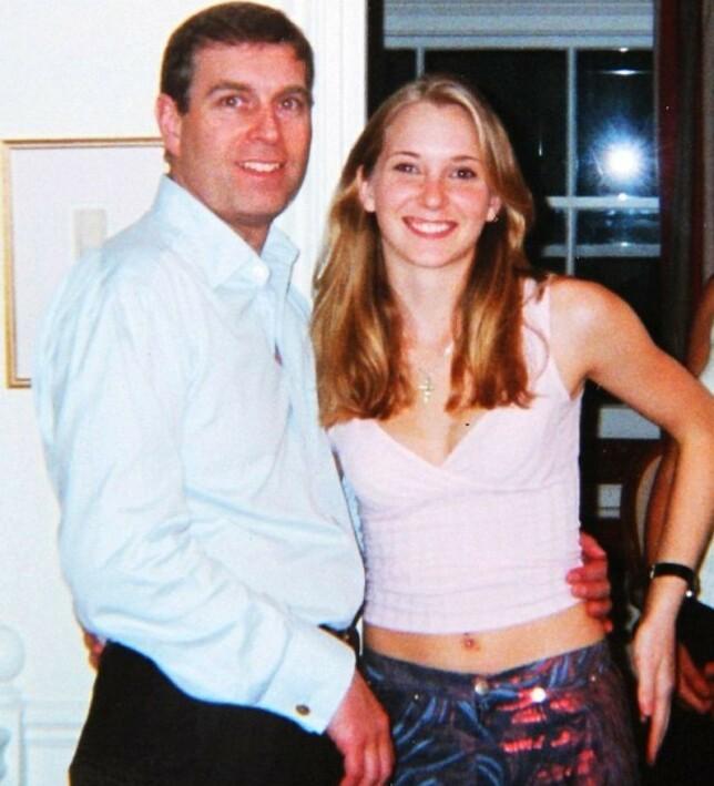 OMSTRIDT: Prins Andrew hevder han ikke kan huske at dette bildet av ham og Virginia Giuffre ble tatt i 2001. Han mener også at det kan være manipulert. Foto: NTB Scanpix