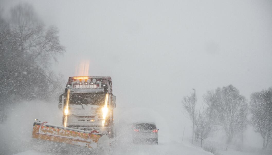 <strong>BRØYTER:</strong> Brøytebiler kjører skytteltrafikk for å brøyte veiene på Østlandet. Foto: Hans Arne Vedlog / Dagbladet