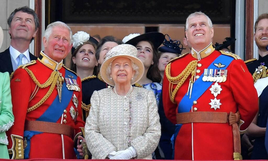 MED MOR OG BROR: Dronning Elizabeths nest yngste sønn (til høyre) er i hardt vær om dagen. Her med bror arveprins Charles. Foto: NTB Scanpix