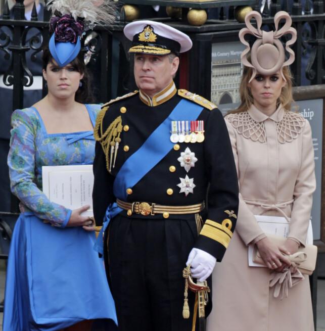 MED DØTRENE: Prins Andrew sammen med døtrene prinsesse Eugenie og prinsesse Beatrice (t.h.) i bryllupet til prins William og hertuginne Kate i 2011. Neste år er det Beatrice sin tur til å gifte seg. Foto: AP/ NTB scanpix