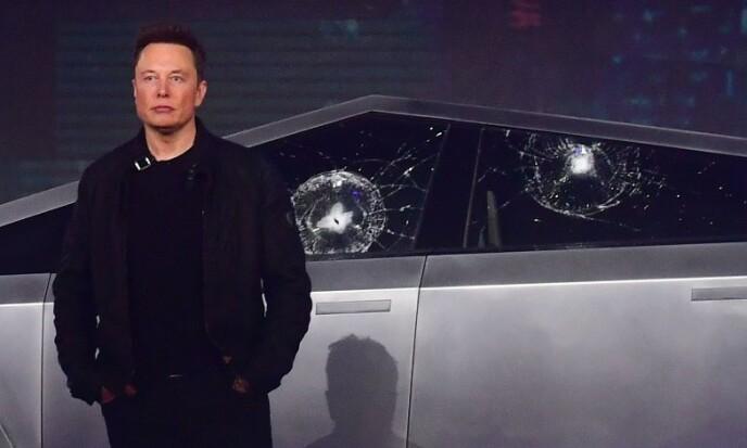 <strong>IKKE ETTER PLANEN:</strong> Tesla-sjef Elon Musk lanserte natt til fredag selskapets første pickup. Bilen ble utsatt for slag for å vise hvor robust den er. Det gikk ikke helt etter planen. Foto: Frederic J. Brown / AFP / NTB scanpix