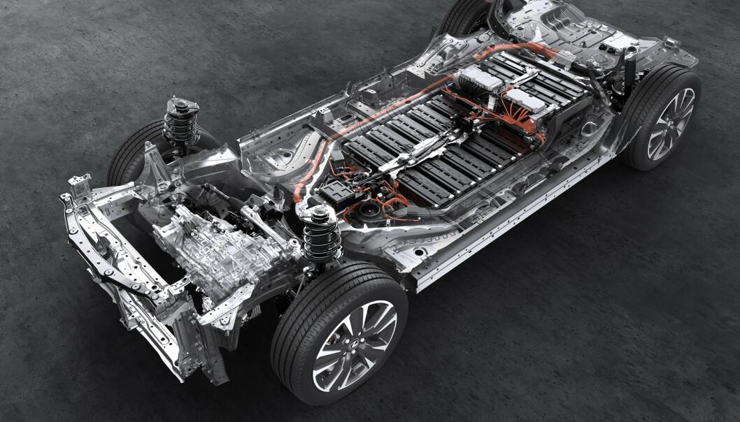 BATTERI: Rett under gulvet er batteriet plassert. Foto: Lexus