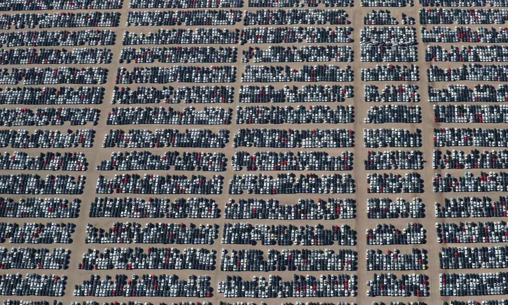 KRISE: Her står flere tusen dieselbiler fra de tyske bilgigantene Volkswagen og Audi på en bilkirkegård i ørkenen nær Victorville i California. Utslipsskandalen, som ble kjent som «dieselgate» markerte imidlertid bare starten på krisa for tysk bilindustri. Foto: Lucy Nicholson / Reuters / NTB Scanpix