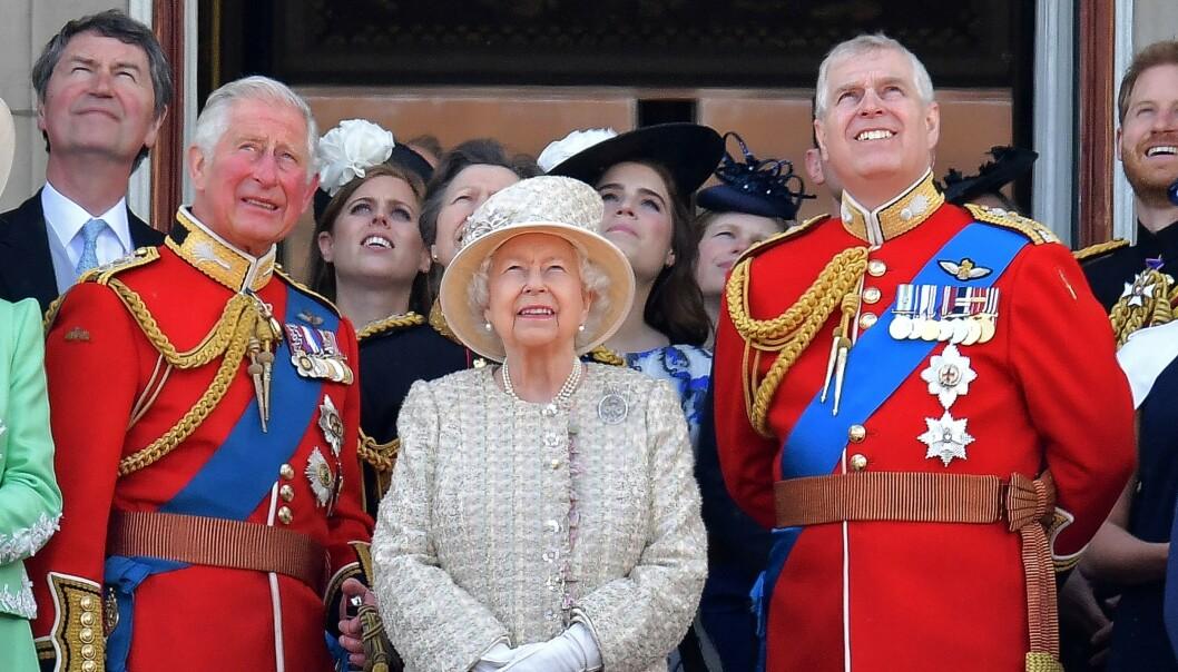 MÅ UT: Prins Andrew (t.h) er ikke en særlig populær mann om dagen. Nå er han nødt til å pakke sammen kontoret sitt på Buckingham Palace - stedet han har bodd og jobbet fra i flere tiår. Her fotografert på balkongen med sin bror, prins Charles, og deres mor, dronning Elizabeth, i sommer. Foto: NTB scanpix