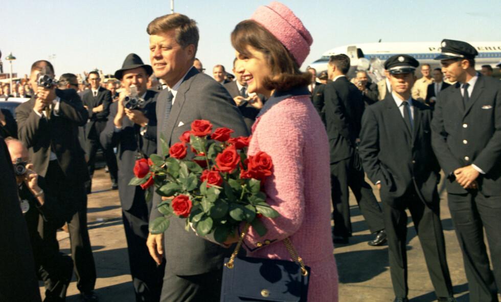 IKONISK: Dette er et av de siste bildene som er tatt av president John F. Kennedy og kona Jackie. Få timer senere var presidenten død og konas ikoniske drakt skjermet fra offentligheten. Foto: NTB Scanpix