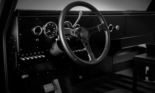 ARBEIDSBIL: Innsiden bærer preg av å være en arbeidsbil, uten berøringskjermer og teknologi. Foto: Bollinger