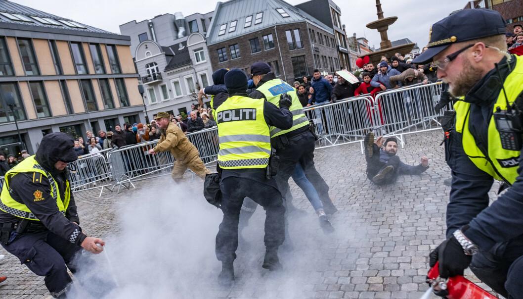 SIAN-leder Lars Thorsen (i beige klær) satte fyr på koranen under en demonstrasjon på torget i Kristiansand lørdag i forrige uke. Politiet grep da inn, mens Thorsen ble angrepet av sinte motdemonstranter. Foto: Tor Erik Schrøder / NTB scanpix.