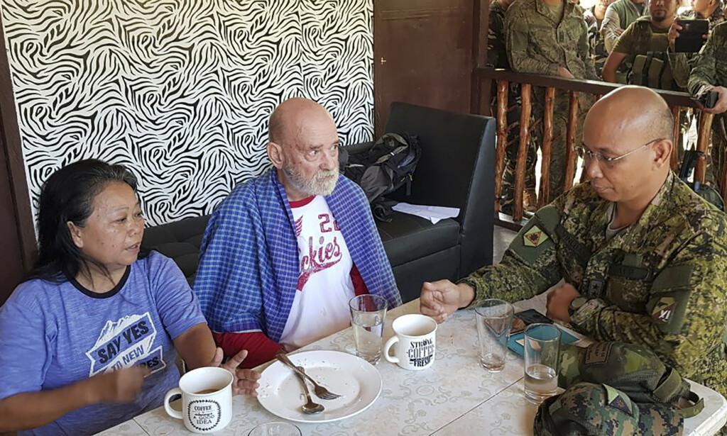 Filippinske Wilma Hyrons og hennes britiske ektemann Allan ble bortført i oktober fra feriestedet de eier på Filippinene. Nå er de fri, og her prater de med generalmajor Corleto Vinluan etter aksjonen i Sulu-provinsen etter over sju uker i fangenskap. Foto: Filippinsk militære / AP / NTB scanpix