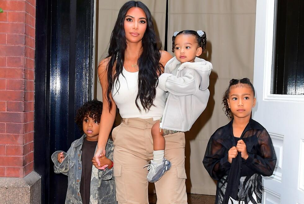 ROLIG LIV: Selv om Kim Kardashians liv utad kan se ut til å i hovedsak bestå av glitter og glamour, avslører realitystjernen nå at det er langt fra sannheten. Her med sine tre eldste barn, Saint, Chicago og North West i september 2019. Foto: NTB Scanpix