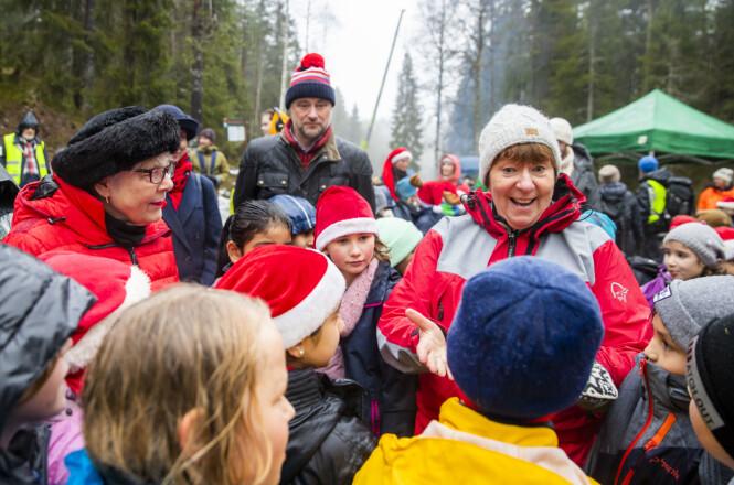 MØTTE BARNA: Borgermester Bush og Oslo-ordfører Marianne Borgen møtte flere av barna som opptrådde med julesanger. FOTO: NTB scanpix