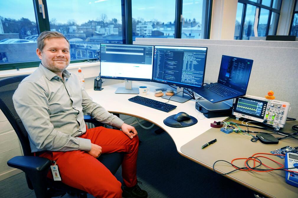 Ukas Koder Kristoffer Rist Skøien på pulten sin hos Nordic Semiconductor. 📸: Privat