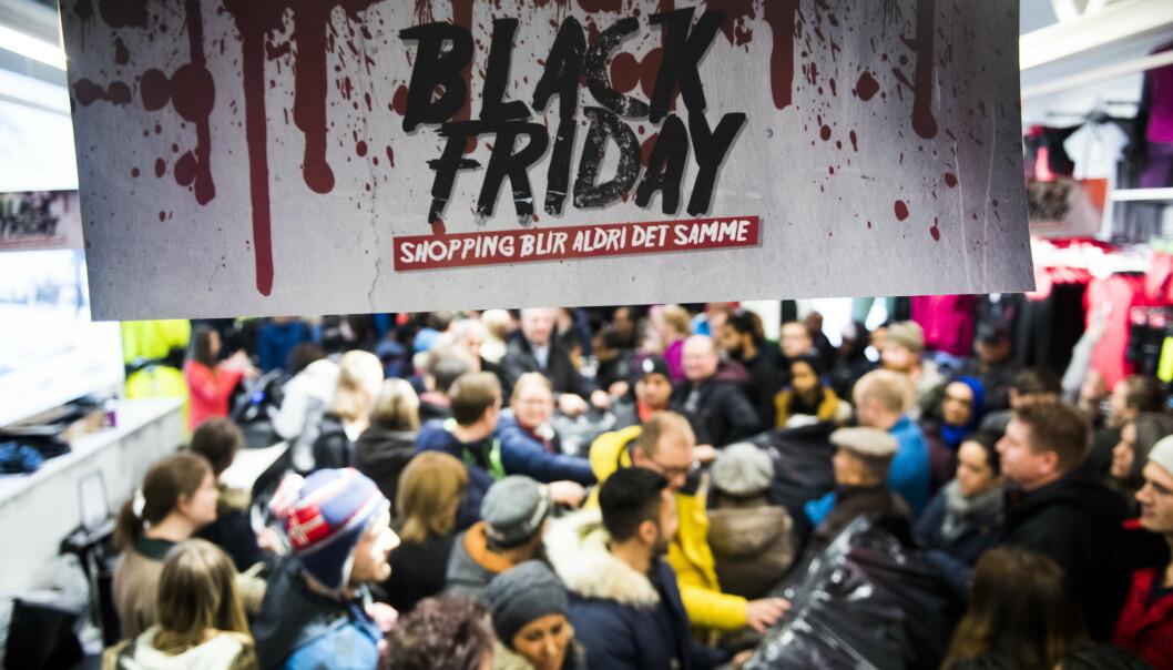 Norwegian Outlet i Vestby skal ha vært først til å innføre Black Friday i Norge. Det skapte køer av salgssugne kunder og tilløp til slåsskamp over de mest populære varene. Her fra timesalget i 2016. Foto: Scanpix