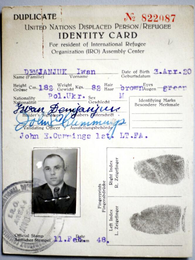 BEVIS? John Demjanjuks identitetskort var et av de viktige bevisene som ble lagt fram i rettssakene som ble ført mot ham. Foto: AFP/NTB Scanpix
