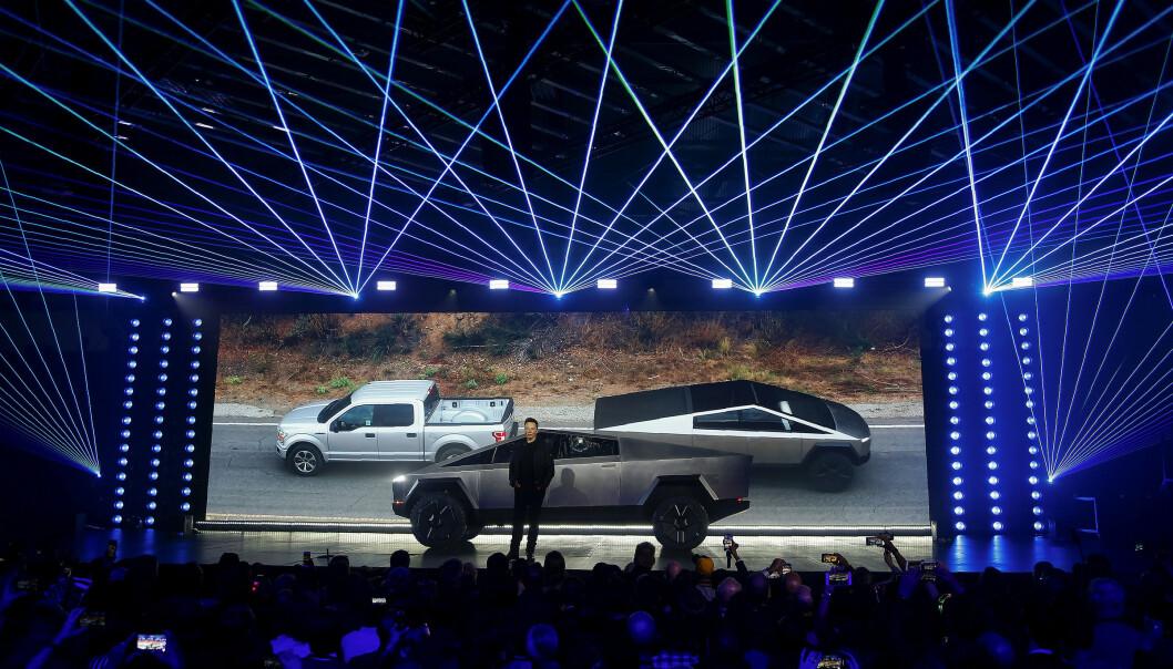 <strong>ANNEN DESIGN:</strong> Ambisjonen til Tesla og Elon Musk er at den nye Cybertruck'en skal true pick up-posisjonen til Ford og GM på det amerikanske markedet. Utseendet er ikke helt det samme. Foto: Ringo H.W. Chiu, AP/NTB.