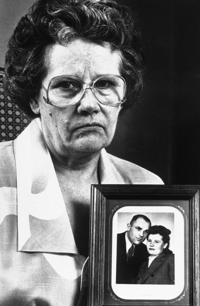 VED MANNENS SIDE: John Demjanjuks kone Vera Demjanjuk holder et bilde av seg selv og ektemannen. Foto: AP Photo Gus Chan/NTB Scanpix