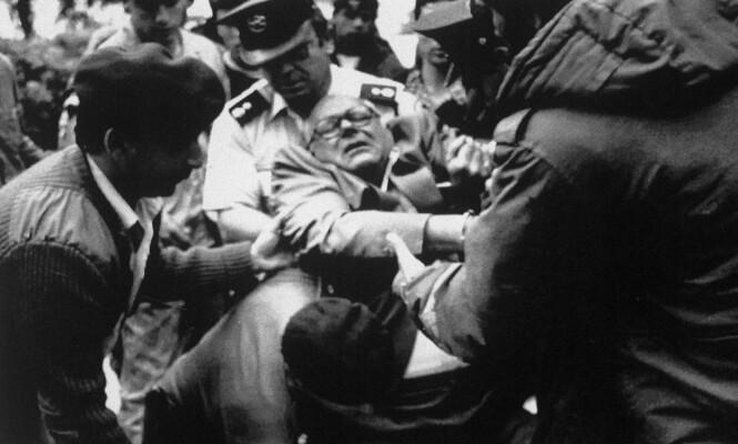 DRAMATIKK: John Demjanjuk ble båret inn i rettssalen i Jerusalem av fengselsvakter mot slutten av rettssaken som ble avsluttet i 1988. Foto: NTB Scanpix