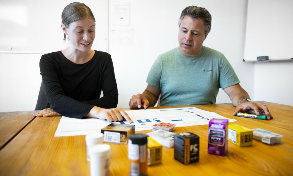 Forskerne: Merle Plassmann og Ian Cousins studerer resultatene av undersøkelsen. Foto: Bjørn Langsem.