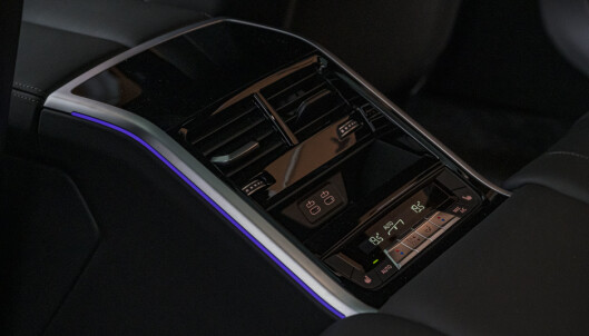 <strong>MIDTKONSOLL BAK:</strong> 8-serien har fire klimasoner, og passasjerene kan styre selv hvordan de vil har det fra betjeningspanelet mellom baksetene. Foto: Jamieson Pothecary