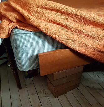 KREATIV LØSNING: Mangler av mange slag preget huset på Herøy, ifølge tidligere beboere. Her murstein som sengebein. Foto: Privat